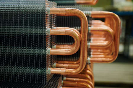 Internal view of convector-type radiators on the manufacturer's conveyor. Copper tubes, heat distribution system. Visibility of the device Stockfoto