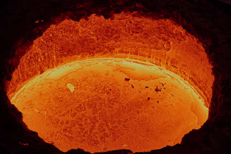 liquid molten steel in a bright red tank, similar to lava in a workshop in a metallurgical plant, ready to be poured into molds, close-up, top view Banque d'images