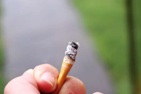 hand holding cigarette butt Banque d'images