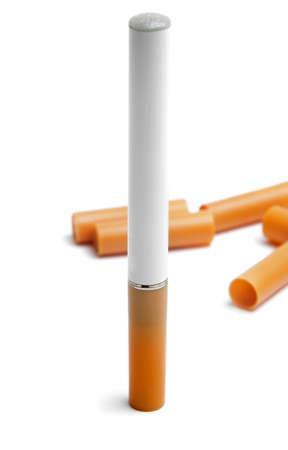 elektronische Zigarette mit Filter auf weiß