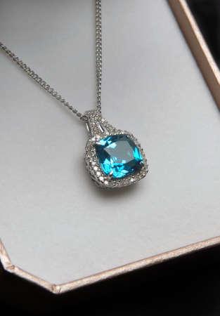 diamante negro: azul collar de diamante en caja de regalo .. Foto de archivo