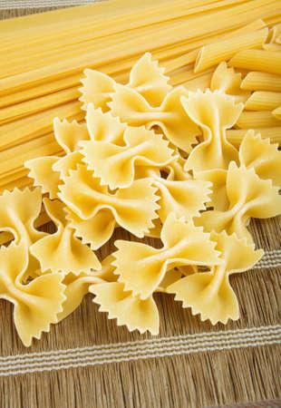 Roh Pasta Großansicht auf Tisch Lizenzfreie Bilder