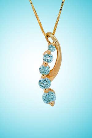 Diamant-Halskette auf blauem Hintergrund Standard-Bild
