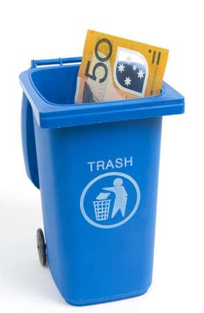 Mülleimer mit Australian Geld isoliert auf weiß