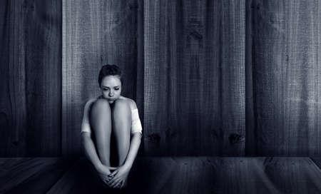 fille pleure: fille d�prim�e assis pr�s du mur