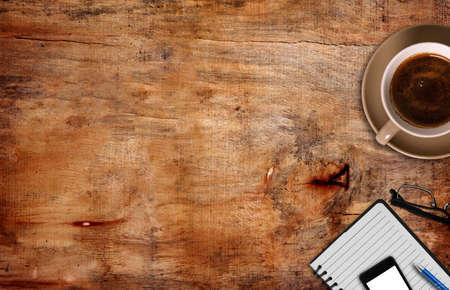 lapiceros: vista superior de café, el bloc de notas con la pluma y el teléfono