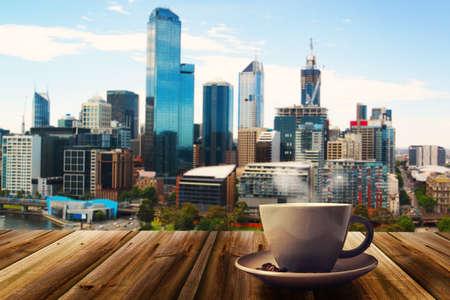 copa: taza de café en el fondo abstracto de la ciudad