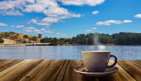 자연 배경에 커피 컵