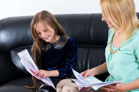 estudiando: madre con la hija estudiando juntos