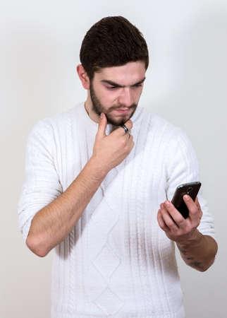 personne en colere: bel homme avec le téléphone