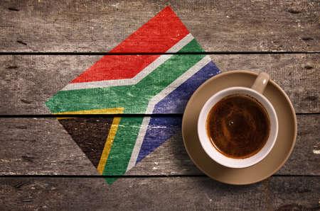 Südafrika-Flagge mit Kaffee auf dem Tisch. Aufsicht