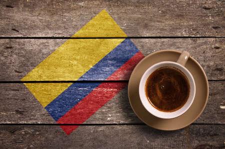 Kolumbien-Flagge mit Kaffee auf dem Tisch. Aufsicht Lizenzfreie Bilder