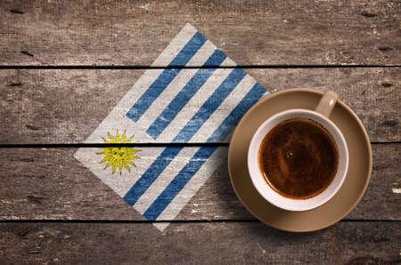 bandera de uruguay: bandera de Uruguay con el café en la mesa. vista superior Foto de archivo