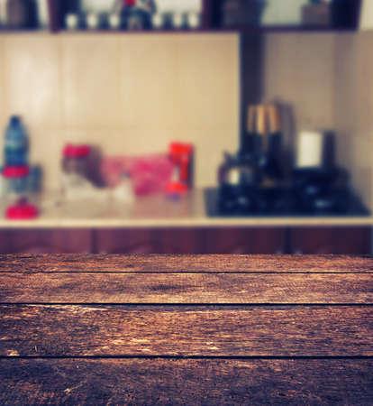la imagen desenfocada de la cocina de la casa con mesa de madera
