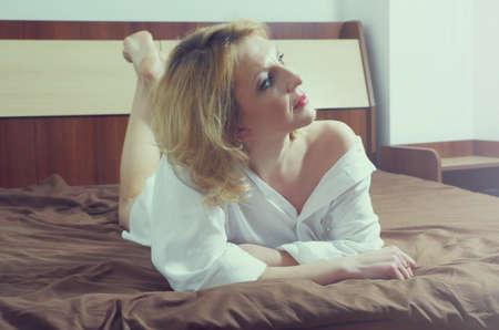 hermosa mujer en el dormitorio Foto de archivo