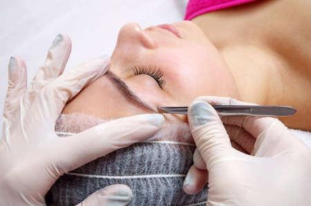 brow: woman doing brow procedure in salon