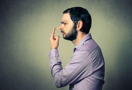 uomo con il naso grande, il concetto di menzogna Archivio Fotografico