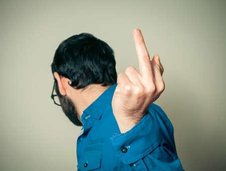arrogancia: hombre infeliz con el gesto del dedo medio Foto de archivo