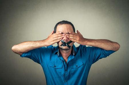 テープの口を持つ男の肖像