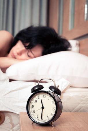 Despertador y la mujer Foto de archivo