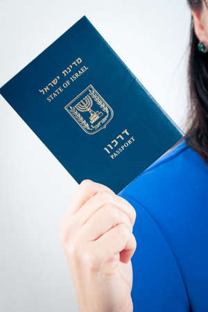 Paszport izraelski w ręku kobiety