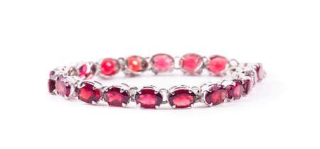 Bracelet avec les pierres rubis sur le blanc