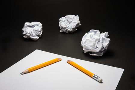 lapiz y papel: L�piz roto, papel, papel arrugado en el fondo negro. Frustraciones Negocios, estr�s en el trabajo y el concepto de examen fallado.