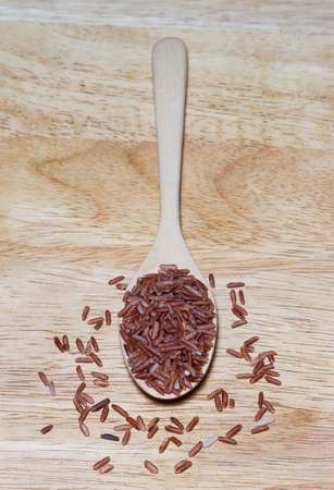 red rice on wooden spoon 版權商用圖片