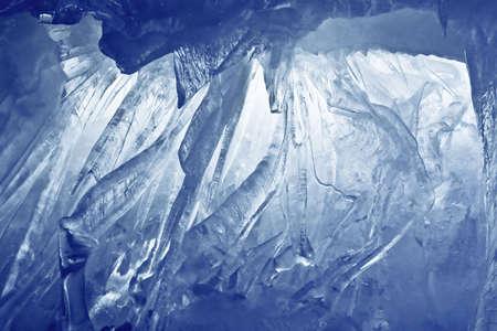 sopel lodu: Jaskinia Lodowa niebieski pokryte ?niegiem i zalane ?wiat?em Zdjęcie Seryjne