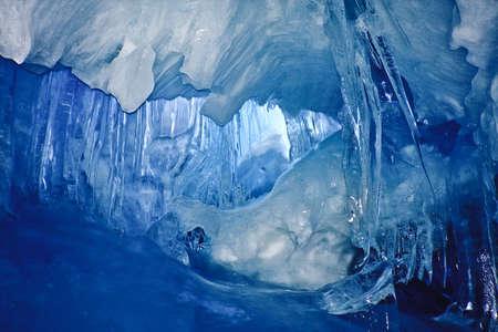 sopel lodu: Jaskinia Lodowa niebieski pokryte śniegiem i gdzie ze światła