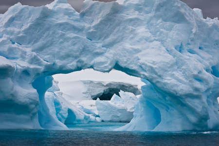 빙산: 내부 캐비티와 큰 북극 빙산