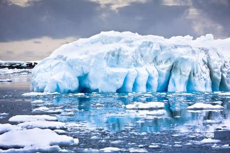 Reusachtige ijsberg in Antarctica Stockfoto