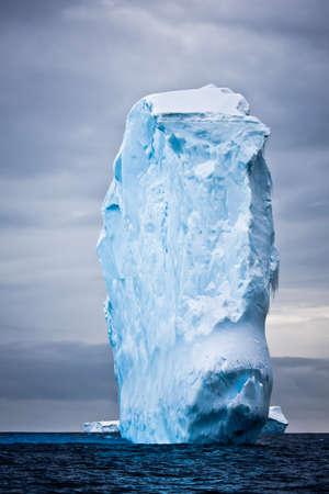 Reusachtige ijsberg in Antarctica drijvende