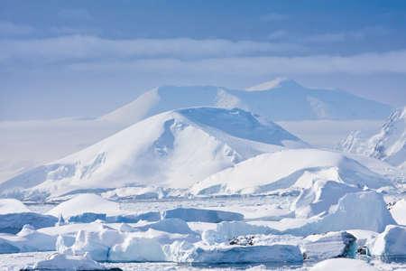 Mooie besneeuwde bergen tegen de blauwe hemel Stockfoto