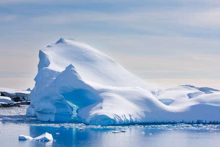 Ant?rtida iceberg en la nieve Foto de archivo - 9798880