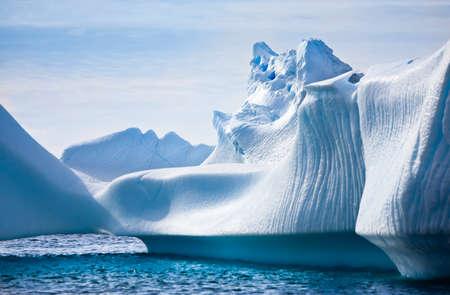 雪の中で南極氷山。美しい冬の背景。