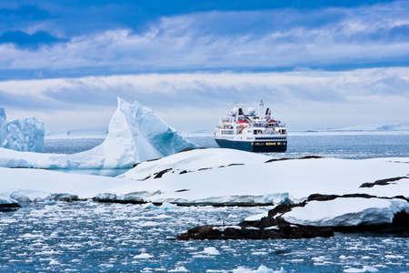 Gros bateau de croisière dans les eaux antarctiques Banque d'images - 10079840