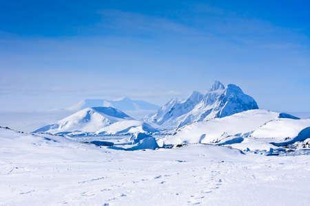 꼭대기가 눈으로 덮인: 남극에서 푸른 하늘을 아름 다운 눈 덮인 산