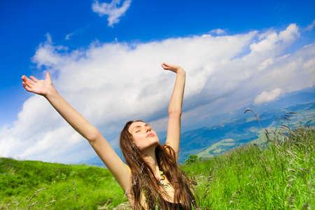 Joven y bella mujer bajo el cielo azul. Retrato