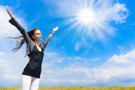 cielos abiertos: Hermosa mujer joven bajo el cielo azul. Retrato