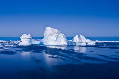 Iceberg en Antarctique dans la neige