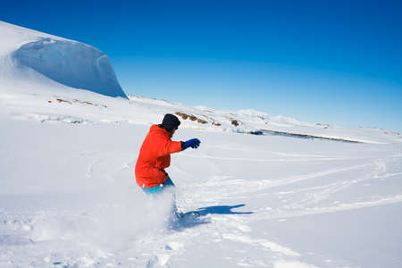 L'homme se d�place sur des skis. Glacier en arri�re-plan. Antarctique photo