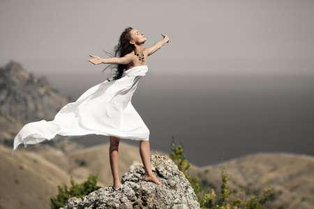 vent: beaut�, femme, sur le rocher en tissu blanc Banque d'images