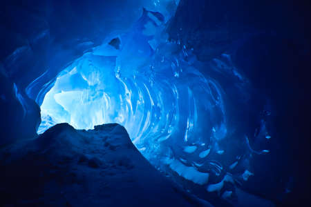 jaskinia: Jaskinia Lodowa niebieski pokryte śniegiem i zalane światłem