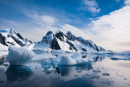 Hermosas montañas cubiertas de nieve contra el cielo azul en la Antártida Foto de archivo