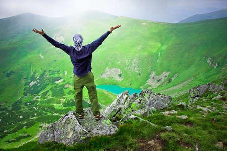bovenaanzicht mens: Mooie bergen landschap met meer in Karpaten en de mens op de top