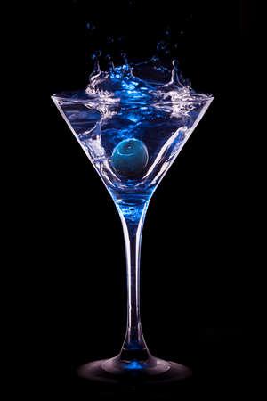 copa de martini: coctail de colores en el fondo negro