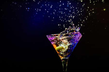 tomando alcohol: Coctail fresco sobre el fondo negro