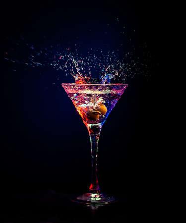 copa de martini: Coctail fresco sobre el fondo negro