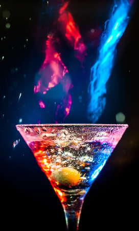 alcool: cocktail frais sur le fond noir